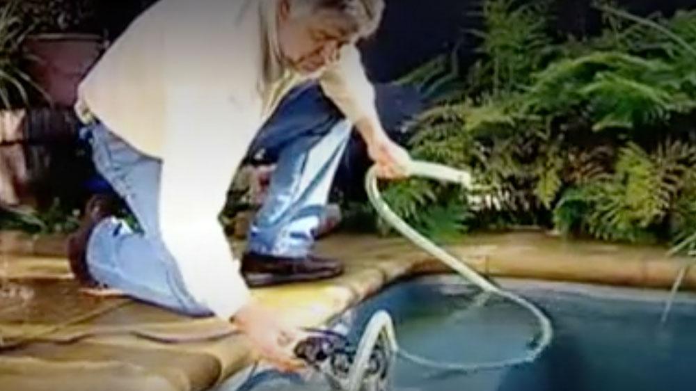Una inundación se puede producir por varios motivos, por ejemplo después de un temporal puede quedar agua de lluvia acumulada en alguna zona del patio, con peligro para el resto de la casa; por la rotura de alguna cañería o artefacto que produce la inundación de un espacio. En este proyecto enseñaremos cómo sacar el agua con una bomba sumergible y qué hacer para mejorar los drenajes en los patios.