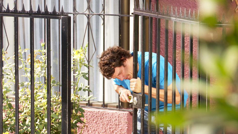 Todos queremos disfrutar las vacaciones, y quizá una de las principales preocupaciones que nos pueden afectar es la seguridad de la casa. Por eso la misión de este proyecto es mostrar cómo podemos disuadir y retardar los intentos de robo, para finalmente frustrarlos y que no puedan entrar a la casa.