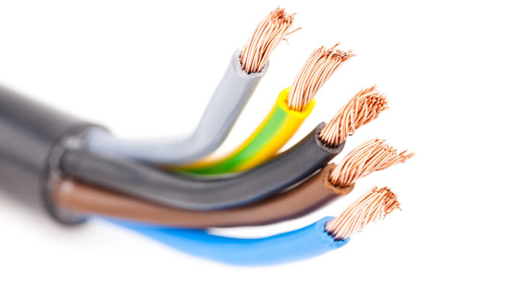 """Como en casi todo en la vida, también existe una forma correcta de conectar dos cables eléctricos. Y como estamos hablando de electricidad, un trabajo bien hecho significa mayor seguridad. Los profesionales llaman a esta técnica de unir correctamente un cable de electricidad """"cola de ratón""""; aunque de nombre poco elegante, la técnica es muy efectiva. Aprenda también a utilizar las regletas, y podrá realizar conexiones eléctricas más limpias y seguras."""
