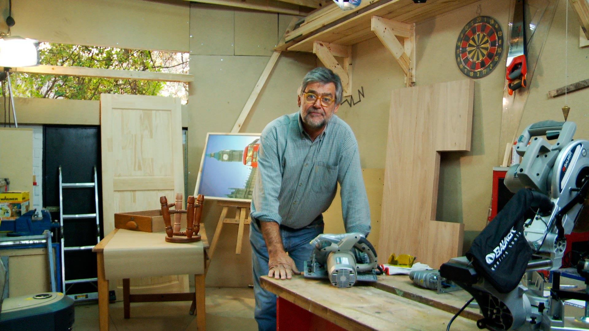 La madera es un material que permite hacer una gran cantidad de muebles, terminaciones en el piso y muros, pero para trabajarla adecuadamente hay que conocer las herramientas que permiten sacarle el mayor provecho.