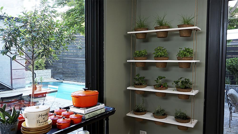 Nada más agradable que cocinar y usar hierbas aromáticas cortadas de tu propio huerto. Con este proyecto podrás tener todas las hierbas que quieras a tu alcance, colgadas ordenadamente y de paso decorar ese muro en blanco.