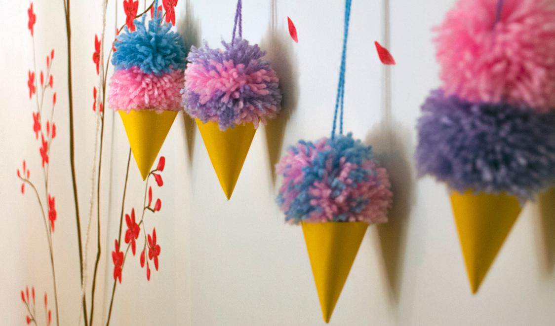 Con pocos materiales podrás entretenerte con los colores de la lana y crear una guirnalda decorativa con helados especiales para el frío.