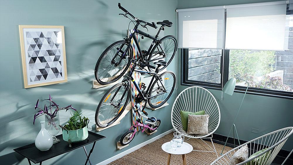 Siempre es un tema dónde dejar las bicicletas, más aún si vives en departamento o una casa pequeña. Con este proyecto apostamos a hacerlas parte de la decoración con un bicicletero mural que permite colgarlas de forma ordenada, pegadas a la pared y de forma ascendente.
