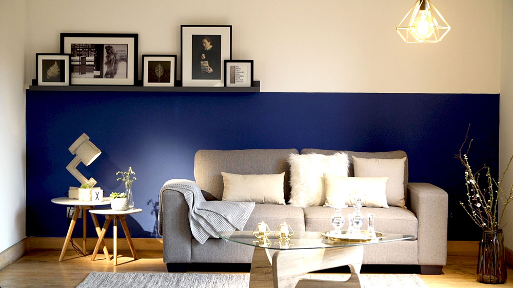 La sicología del color recomienda tonos o intensidades para cada zona de la casa, pero eso no significa en ningún caso que no podamos usar más de un color en cada uno de nuestros espacios. De eso se trata este proyecto, de enseñar a combinar y equilibrar dos muros enfrentados, usando un color llamativo y uno neutro, y estableciendo como contexto un dormitorio, el lugar donde más cuidado debemos tener a la hora de combinar.