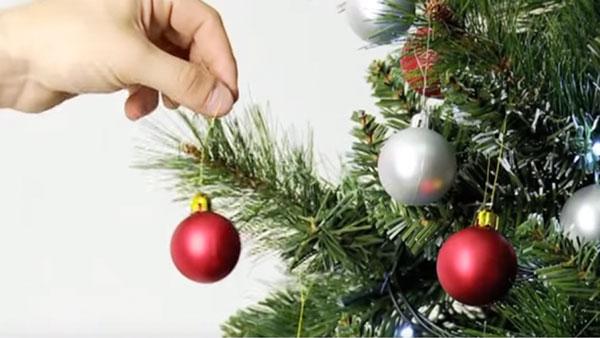 Para decorar en navidad, lo primero que debemos definir es si vamos a combinar dos o tres tonos o si usaremos una decoración monocrómatica. Para ello debemos considerar luces, cintas, esferas y algún otro adorno que haga juego con el resto.