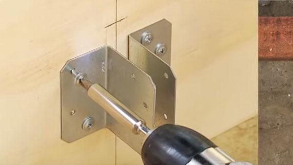 Hay conectores que sirven para hacer estructuras de madera, como deck o entramados de piso, y también se pueden usar en la construcción de cobertizos y cercos.