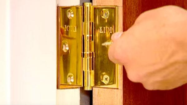 Cuando construimos un mueble es muy importante elegir la quincallería correcta, esto quiere decir usar la bisagra que corresponde, que las ruedas soporten el peso de la estructura y que el tirador siga con la línea del mueble