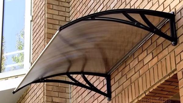 En las entradas de las casas hay que evitar que se forme el barro y entre frío o humedad, por eso nos debemos preocupar de tener una puerta de acceso que aísle y un alero que la proteja de la lluvia.