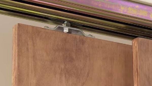 Las puertas de los armarios o closet pueden ser abatibles pero también correderas. Aquí les enseñaremos los principios básicos del sistema de rieles para que las puertas tengan un movimiento fluido.