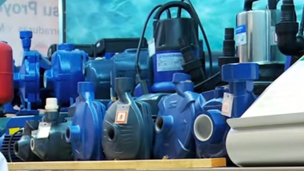 Una bomba de agua nos puede ayudar si tenemos problemas de presión en el caudal de nuestra casa, ya sea en la ducha o en el jardín, lo importante es que se instalan sobre la superficie