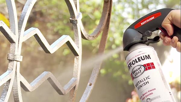 La pintura en aerosol o spray viene en un contenedor presurizado cuya salida en la pequeña válvula en la superficie que al ser presionada libera la pintura en forma vaporizada. Existen pinturas en spray para diferentes tipos de material, conoce más aquí.