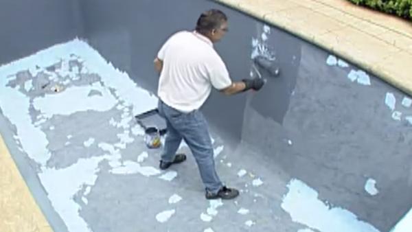 Es evidente cuando una piscina de concreto requiere un repintado, solo basta observar la pérdida del color, grietas y descascaramiento de pintura. Aquí algunos tips para realizar esta tarea con éxito.