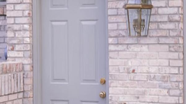Lo primero que vemos al entrar a una casa es la puerta. Por ello siempre nos preocupamos que sea estéticamente llamativa, pero no es lo único, también nos preocupamos que sea práctica y que nos de seguridad.