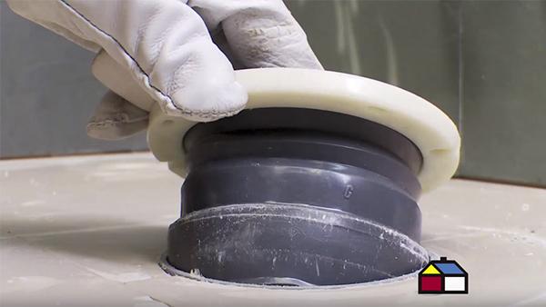 El anillo de cera que va entre la parte inferior del inodoro y el desagüe del piso no solo es necesario cambiarlo cuando renovamos el wc, sino que también si se detecta una fuga de agua en la base de la taza.