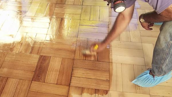 Sin protección un piso de madera se podri?a deteriorar en pocas semanas. Por eso, fuimos a la tienda en busca de las mejores opciones para mantenerlo.