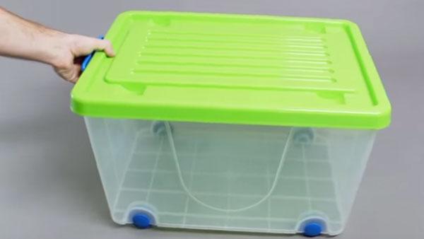 Si queremos usar el entretecho para guardar ropa y otros accesorios que estén fuera de temporada, debemos usar contenedores plásticos que sean livianos y fácil de transportar.