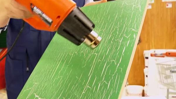 Se le puede dar una segunda vida a los muebles de la casa si les hacemos un acabado distintos, recuperando la madera, o pintándola con alguna técnica de terminación.
