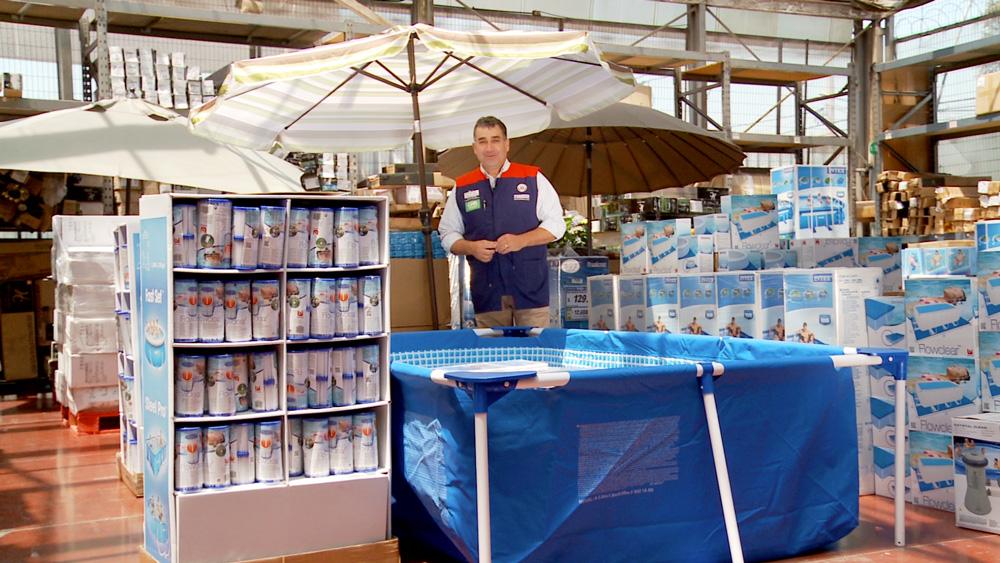 Para que el agua de la piscina dure más, se le puede aplicar algunos productos que ayudarán a mantener el agua limpia y cristalina. Esto no solo se puede hacer en una piscina de hormigón, también se puede hacer en las armables, de modo que no es necesario cambiar el agua periódicamente. Cloro: Aplicar una tableta de 200 gr de cloro lento en una boya flotante, o en su defecto, cloro rápido granulado –que necesita ser disuelto en agua antes de incorporarlo a la piscina- para mantener el pH del agua.  Decantador: Sirve para mantener el agua cristalina, ya que aglutina las partículas y las deposita en el fondo de la piscina, facilitando su retiro.  Filtro: Requiere de mantención diaria. Enjuágalo con el chorro a presión -de una manguera, por ejemplo- para eliminar la suciedad y los residuos y espera a que se seque antes de volver a instalarlo. Así, aseguras que mantenga su eficacia y alargas su vida útil. También es importante reemplaza el cartucho por uno nuevo cada temporada.