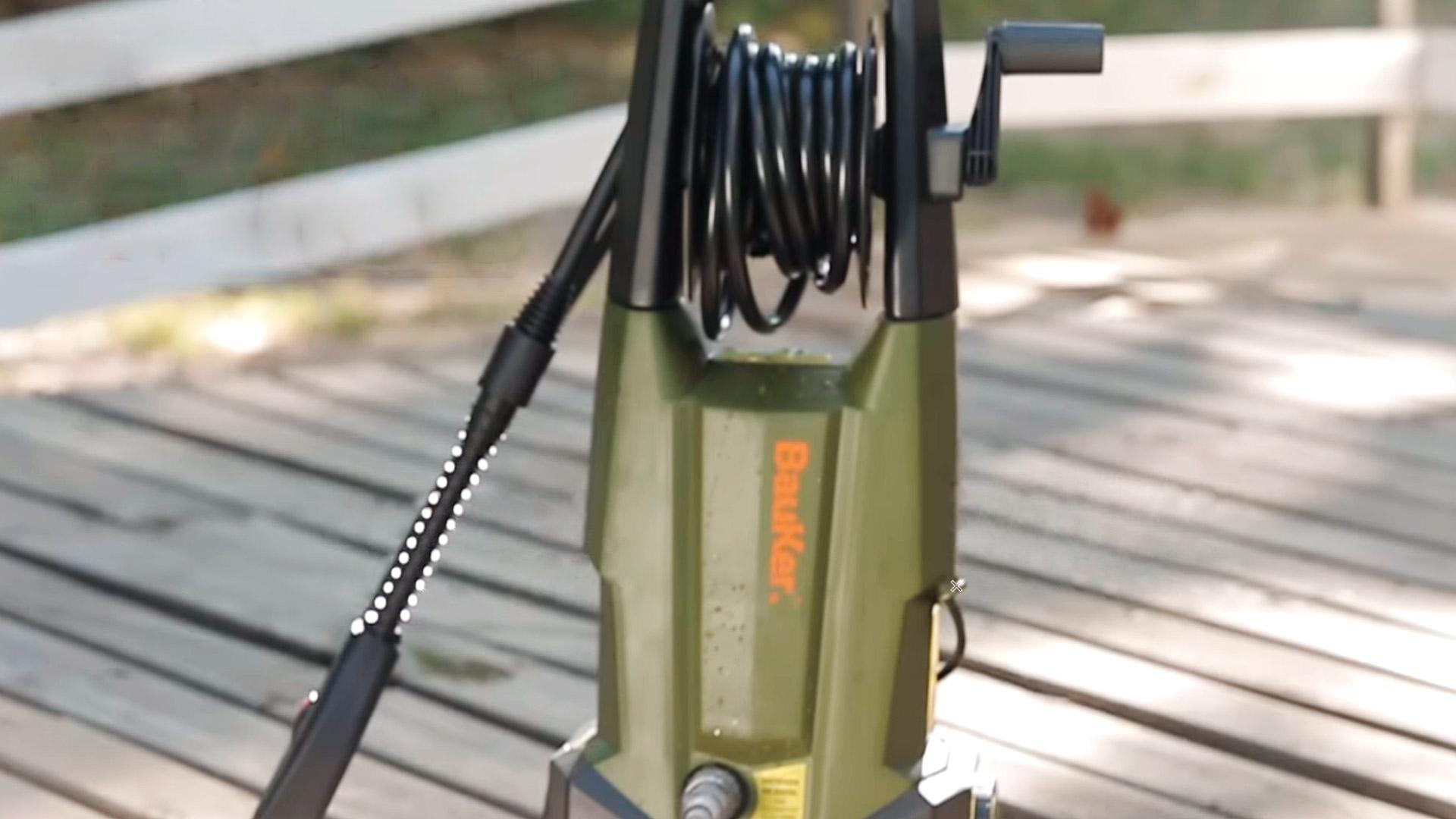 En este útil video, te enseñamos cómo utilizar una hidrolavadora: esa potente herramienta que ayuda a limpiar de manera efectiva autos, terrazas, cortinas, rejas, incluso la fachada de tu casa…. ¡Y mucho más!