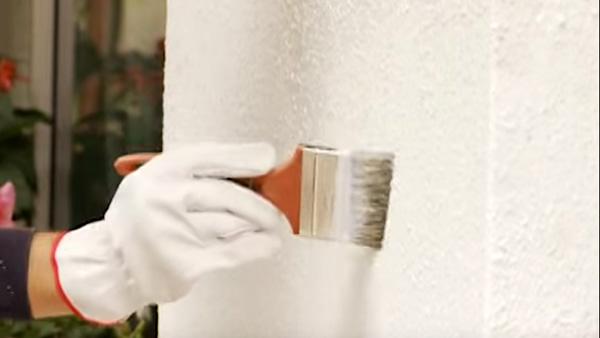 Si queremos mantener la humedad fuera de nuestra casa, una manera de hacerlo es protegiendo los muros de exterior y para eso podemos elegir entre un hidrorrepelente, impermeabilizante o bloqueador de humedad.