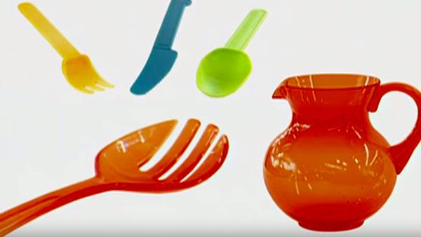 El acrílico es un material plástico altamente fléxible y resistente, capaz de soportar largos periodos de tiempo a la interperie y la melamina es un tipo de resina que resiste golpes y rayados y no se le pega la grasa ni la comida.